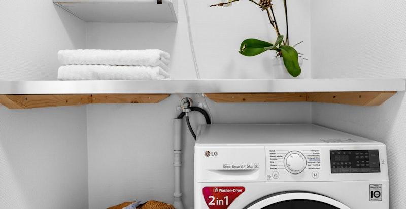 Vaskerommet inneholder utslagsvask med blandebatteri, 287 liters varmtvannsbereder og opplegg til vaskemaskin