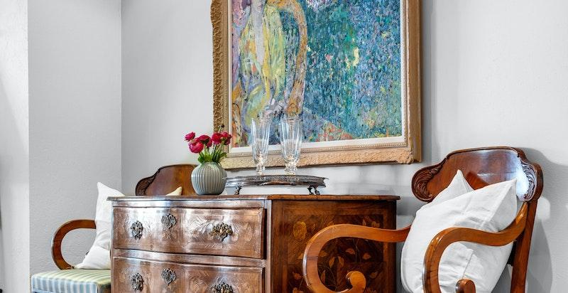 Leiligheten fremstår som pen og velholdt. Stue, kjøkken og ett soverom ble nymalt i februar/mars 2021