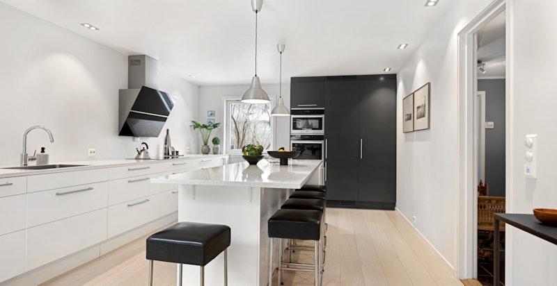 Praktisk kjøkken, inklusiv stor kjøkkenøy med spiseplass til 5.