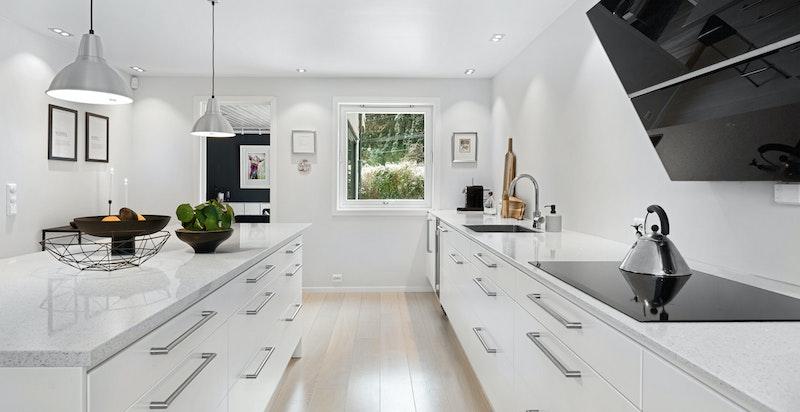 Kjøkken med integrerte hvitevarer.