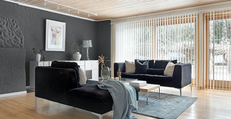 Store vindusflater sørger for godt med naturlig lysinnslipp.