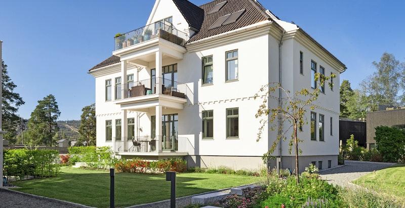 Flott fasade, leiligheten ligger i høy 1. etg. med balkong, markterrasse og hagedel - 2 garasjeplasser - Heis