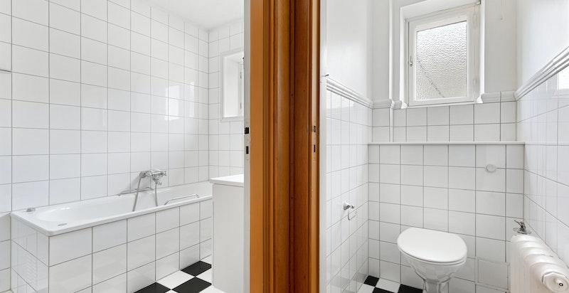 Bad og separat toalett