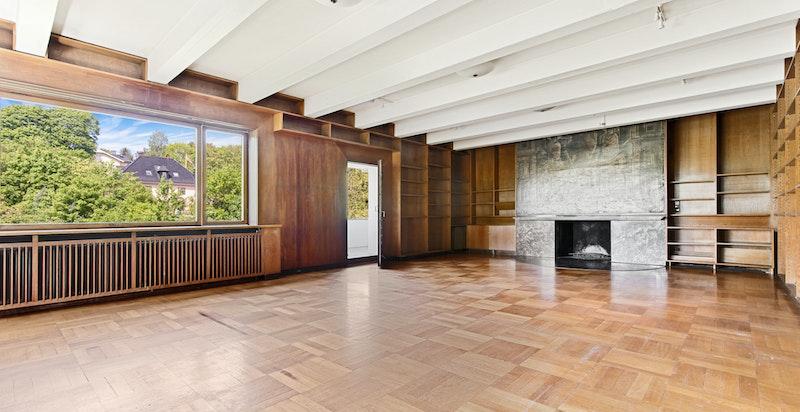 """Meget stor stue med peis og utgang loggia - Dette rommet kalles """"Biblioteket"""""""