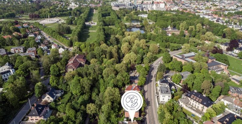 Umiddelbar nærhet til Frognerparken samt gangavstand til andre friområder og parker med blant annet Vestkanttorget og Langaardsløkka