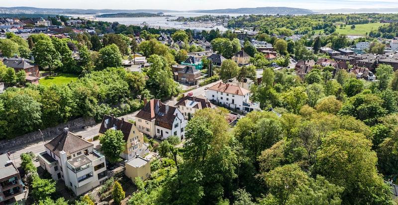 Boligeiendom sentralt beliggende i et etablert og populært boområde på Frogner med vesentlig byvillaer- og bygårdsbebyggelse fra slutten av 1800-tallet/begynnelsen på 1900-tallet