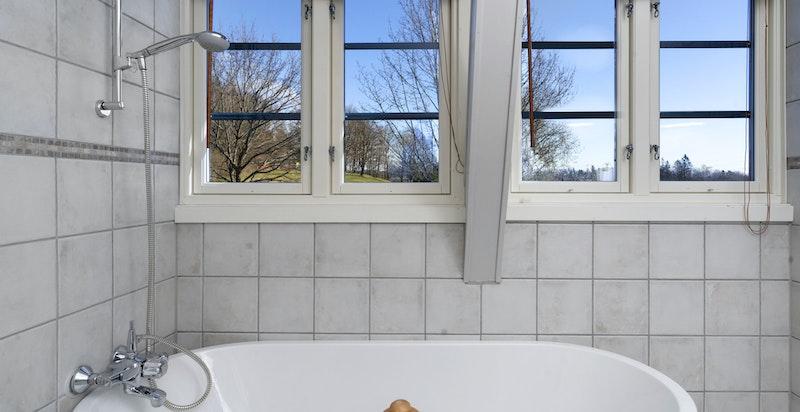 Det er badekar i hovedbad