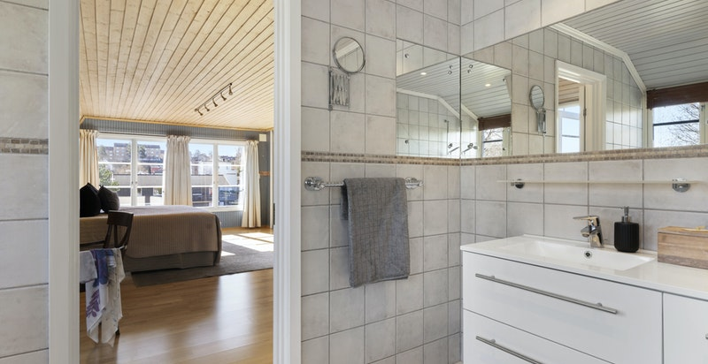 Lekkert hovedbad som er modernisert med ny baderomsinnredning og nye downlights i 2015