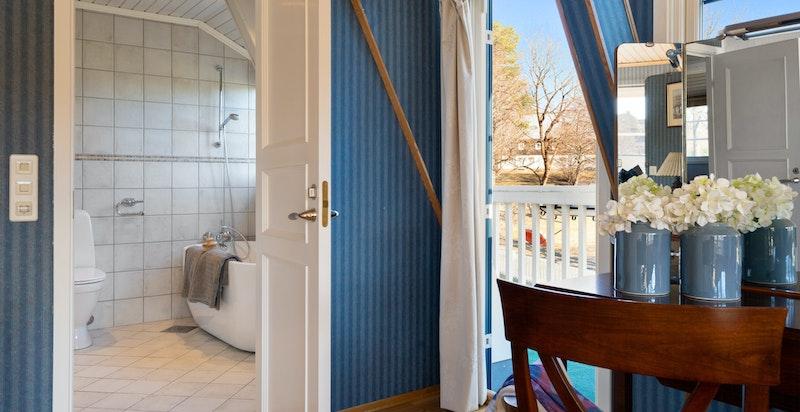 Adkomst til eget bad og utgang til balkong fra hovedsoverom