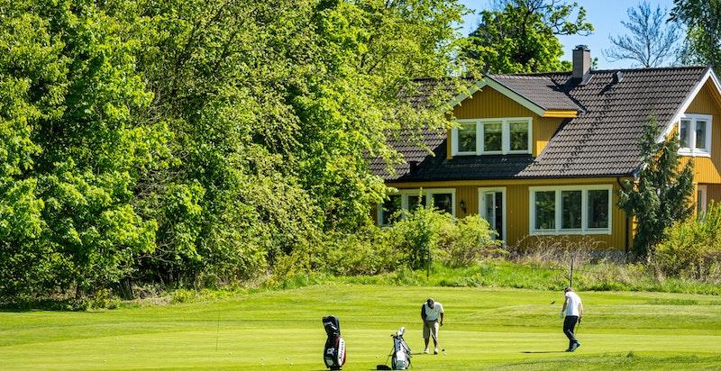For den golfinteresserte ligger Ballerud golfbane kun et kort golfslag unna