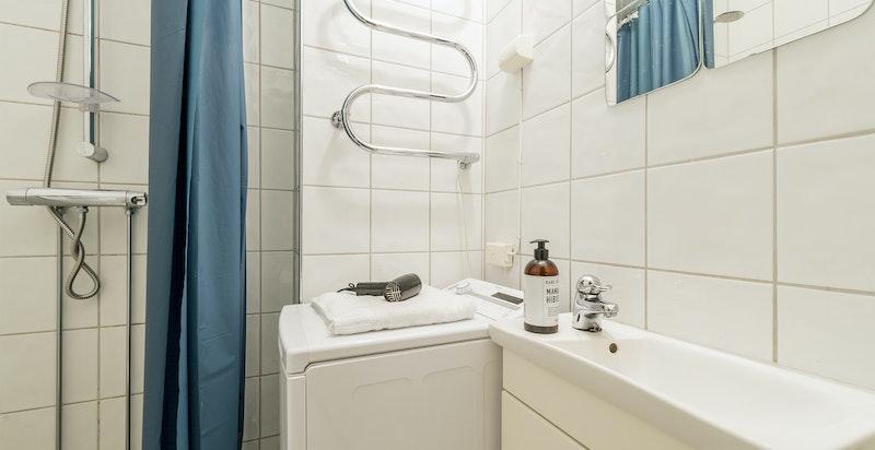 På badet er det også vaskemaskin