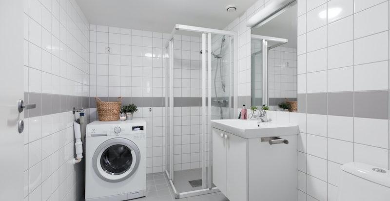Flislagt baderom med gulvvarme og vaskemaskin
