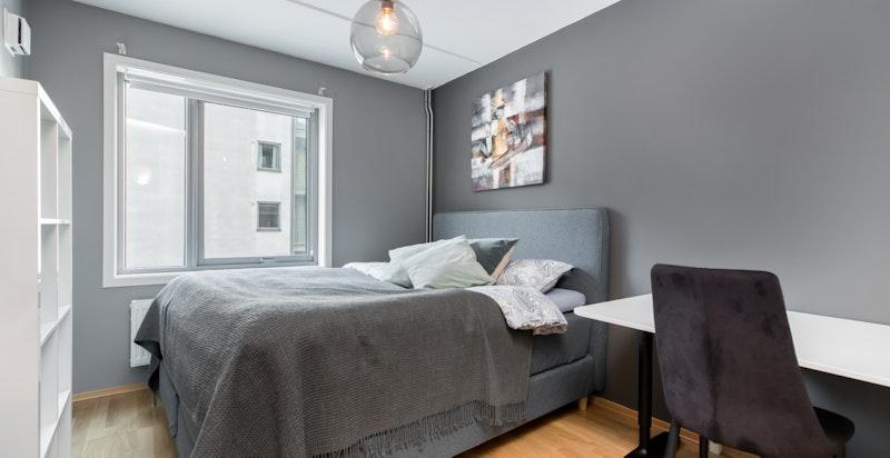 Soverommet er av god størrelse og ligger vendt mot bakgård