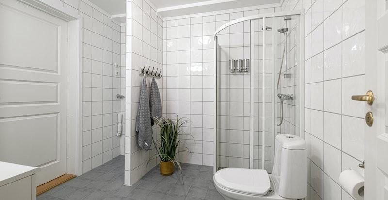 Det er inngang til badet både fra gangen og fra soverommet.