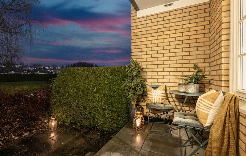 Med utgang fra leiligheten er det terrasse i to nivåer og adkomst til de flotte fellesområdene