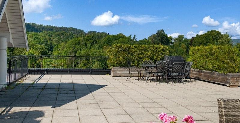 Felles takterrasse med nydelig utsikt og sol hele dagen