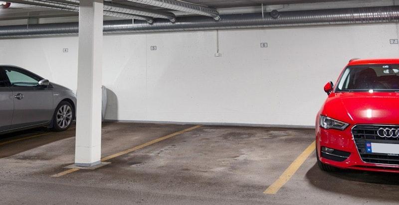 Det følger med en garasjeplass i kjeller med heisadkomst
