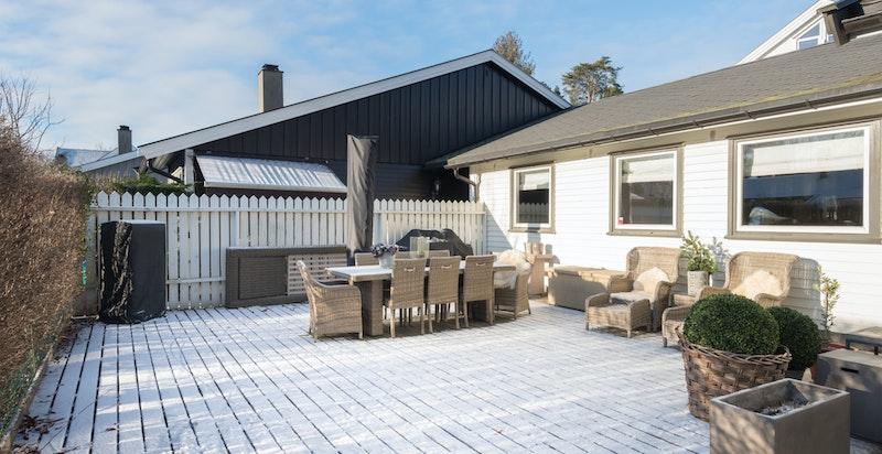 Terrassen ble utvidet i 2013 og er en flott forlenging av stuen på varme sommerdager.