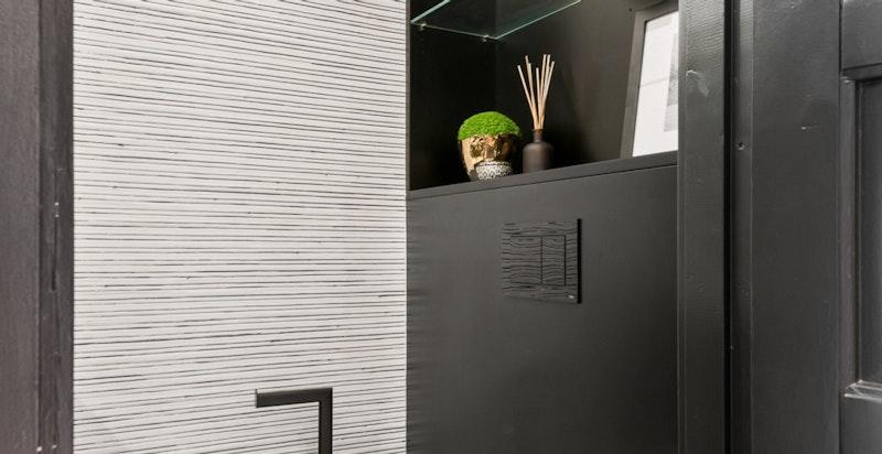 I likhet med hovedbadet er det plassbygget innredning gjort av møbelsnekker.