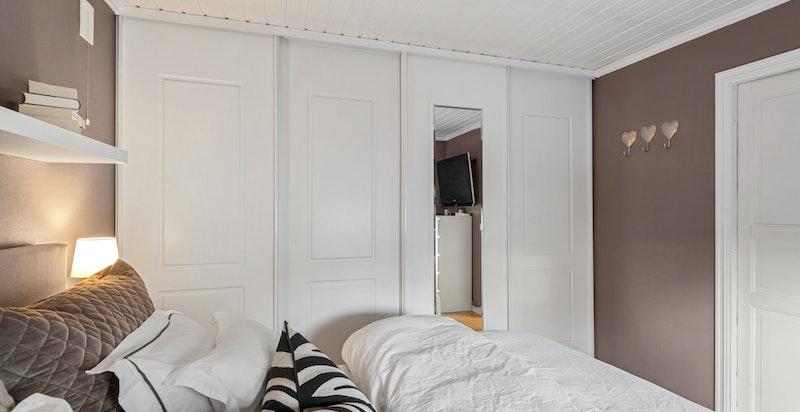 Rommet har god oppbevaringsplass med plassbygget skyvedørsgarderobe.