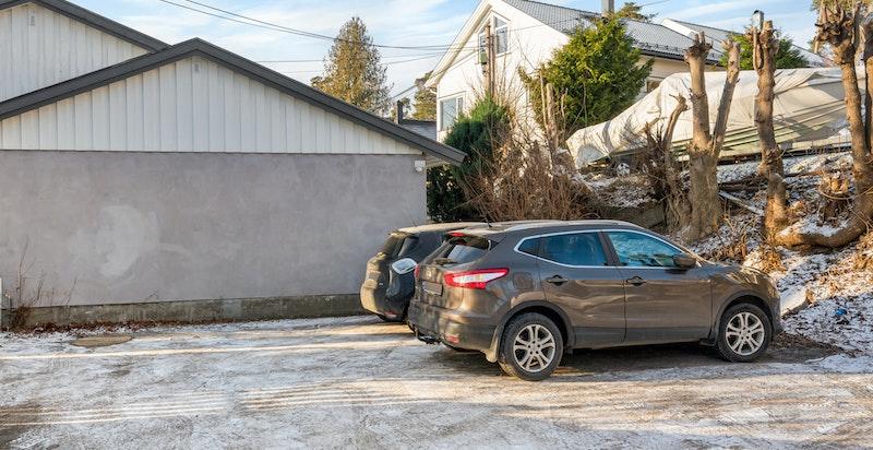 Det følger en parkeringsplass med ladeboks for el-bil rett ved boligen. Eier har i lengre tid disponert to plasser ettersom det ikke har vært plassmangel.