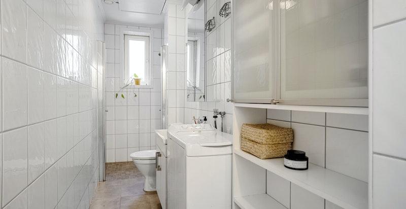 Opplegg for vaskemaskin og baderomsinnredning for oppbevaring