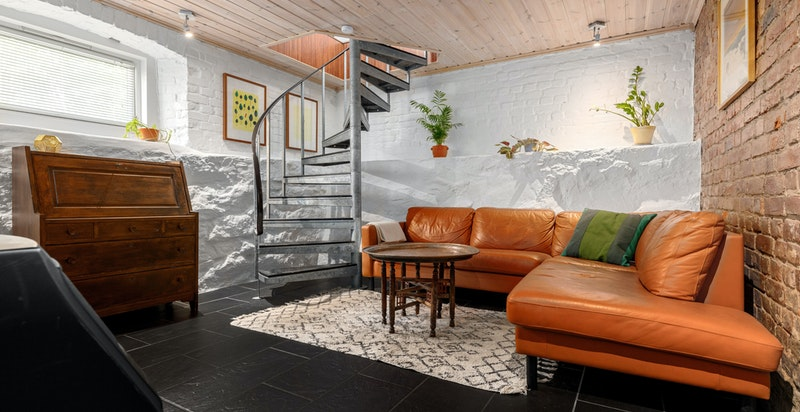 Kjellerstue med god plass til sittegruppe, møblement og TV-seksjon