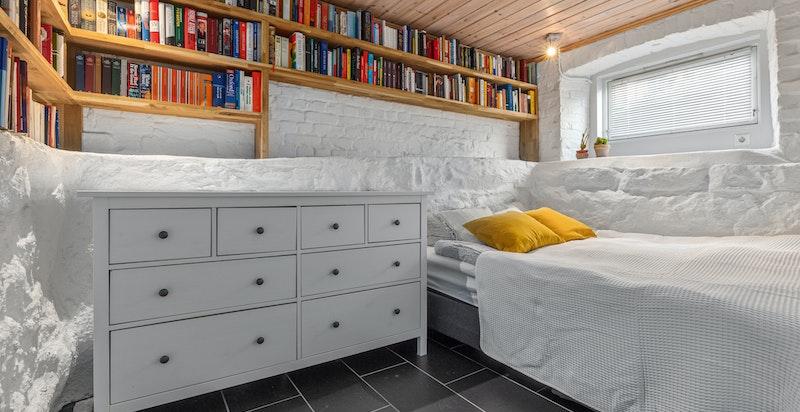 Soverom med bokyller. God plass til dobbeltseng og garderobeinnredning.