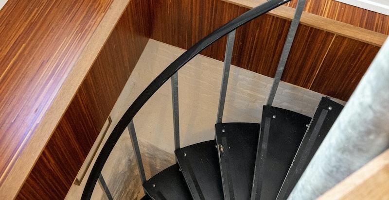 Vindeltrapp ned til kjellerstue