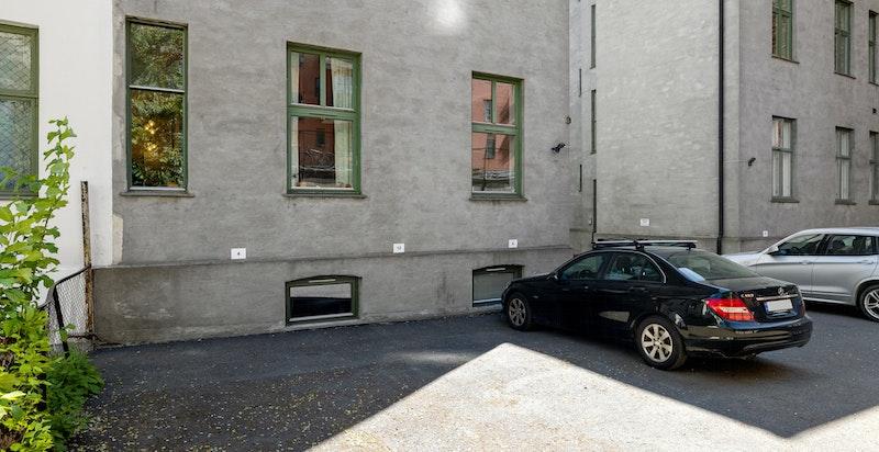 Egen biloppstillingsplass i båkgård rett utenfor