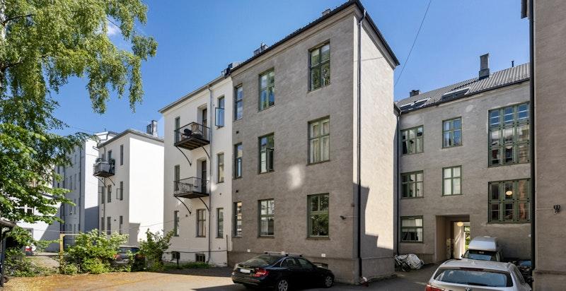 Hele leiligheten ligger i bygningens bakfløy og vender i sin helhet mot gårdsrom