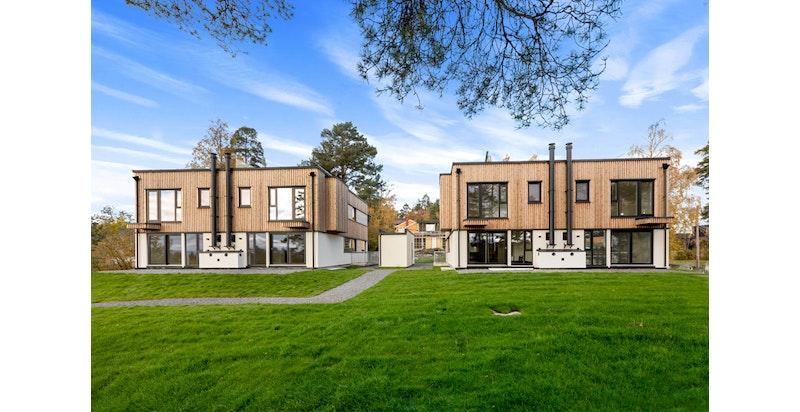 Nyoppført tomannsbolig med moderne standard. Endebolig med fin tomt. Nr 25 a er boligen til høyre i bildet.