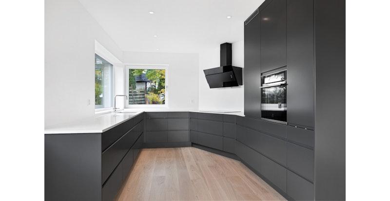 Lekkert kjøkken med integrerte hvitevarer. Bildet er fra snr 1. Denne sekjonen er speilvendt