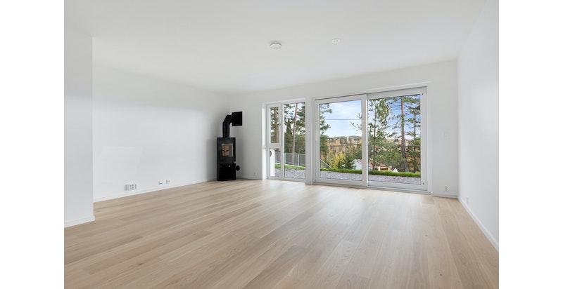 Store vindusflater med hyggelig utsyn. Vedovn i stuen. Bildet er fra snr 1. Denne sekjonen er speilvendt