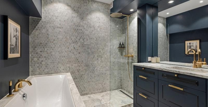 Det er utstyrt med både dusj og badekar.