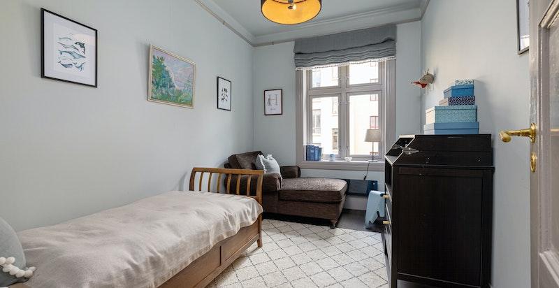 Boligens to øvrige soverom egner seg fint som gjesterom, barnerom eller kanskje du trenger et kontorrom? Mulighetene er mange.