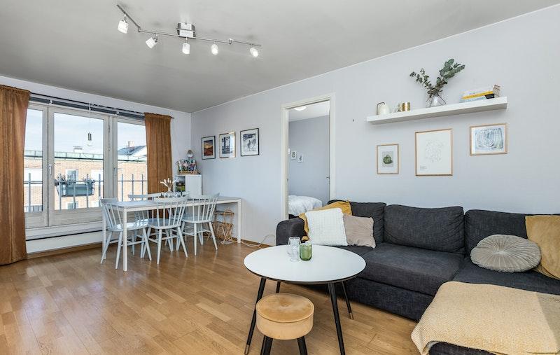 På stuen har du god plass til både sofagruppe og spisebord