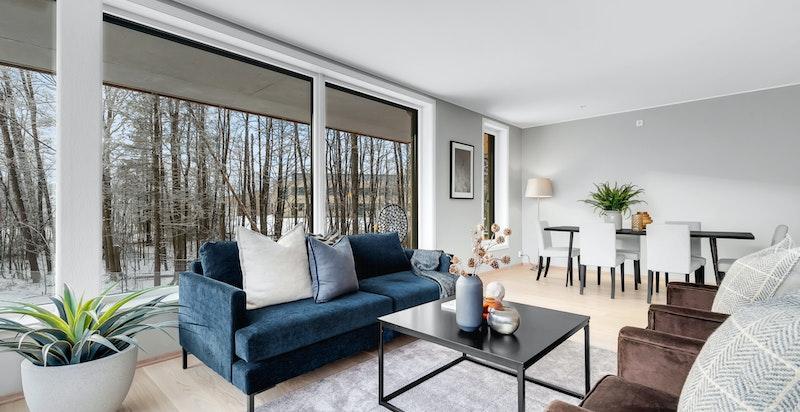 Stue med store vindusflater og utgang til sydvendt balkong på 17 kvm.