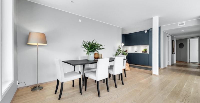 Kjøkkenet er delvis tilbaketrukket fra stue og spisestue