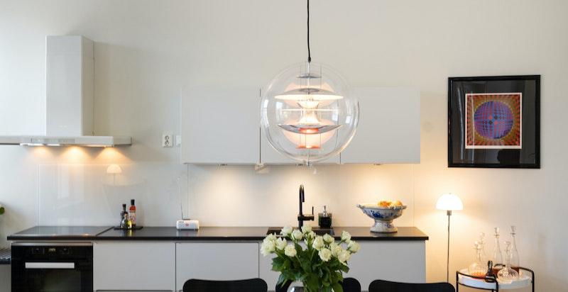 På kjøkkenet er det godt med plass til et spisebord av god størrelse.