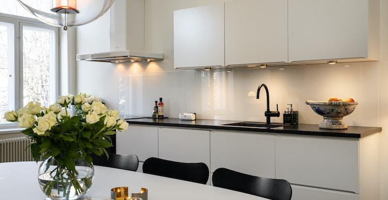 Innredningen består av laminat fronter, laminat benkeplate, oppvaskkum, integrert stekeovn/platetopp/oppvaskmaskin m.m.