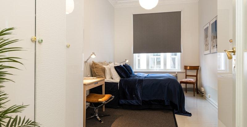 Romslig soverom med inngang fra entréen - kan møbleres med dobbeltseng med tilhørende nattbord, samt garderobeskap.