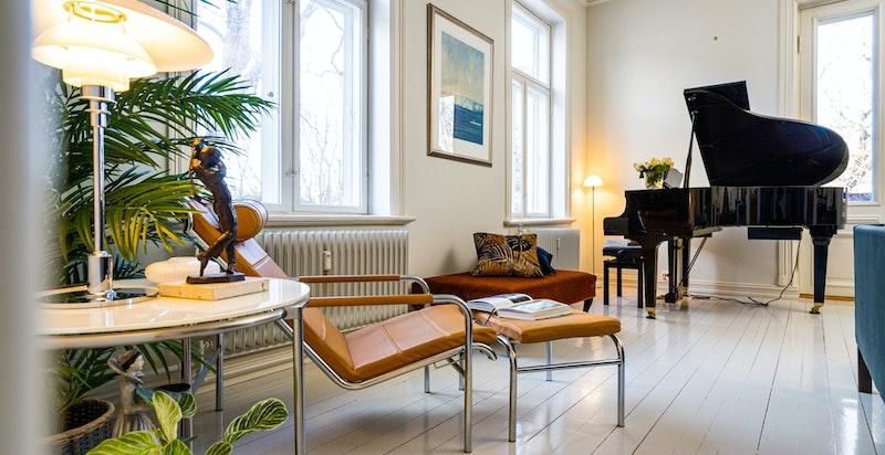 Stuen har flere store vindusflater som slipper inn godt med naturlig lys.