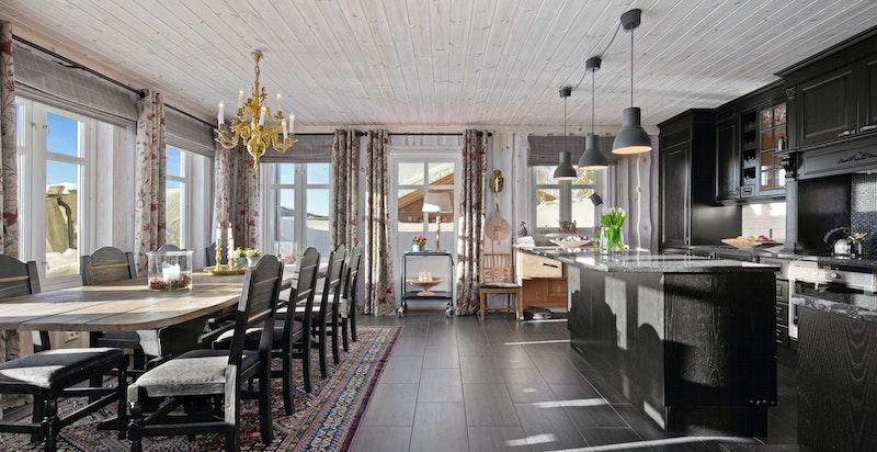 Stort åpnet kjøkken med spisestue. Ugang til terrasse fra kjøkkenet