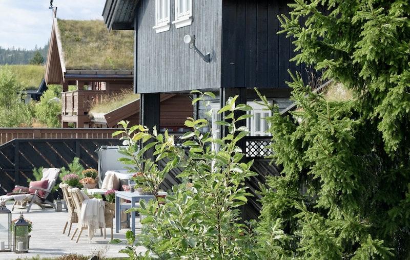 Stor familiehytte med flotte uteplasser og meget solrik beliggenhet.