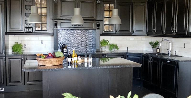 Gode arbeidsflater og godt med lagringsplass på kjøkkenet