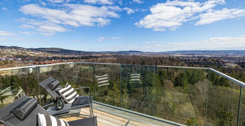 Østvendt balkong på 7 m² med utsikt mot Mærradalen, Holmenkollen, byen og fjorden