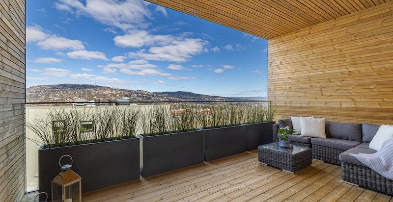 Nordvendt balkong på 17 m² med utsikt mot Holmenkollen