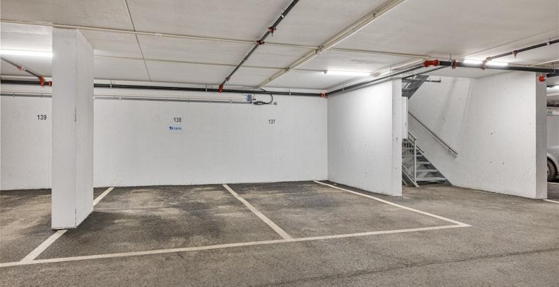 Garasjeplass med god intern plassering. Mulighet for el-bil lader. Plassen ved siden av er til salgs.