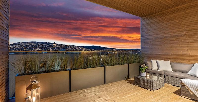 Kveldssteming - Nordvendt balkong på 17 m² med utsikt mot Holmenkollen